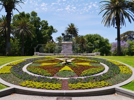 25561615-the-floral-clock-and-the-statue-of-king-edward-vii-in-the-queen-victoria-gardens-in-melbourne-in-aus